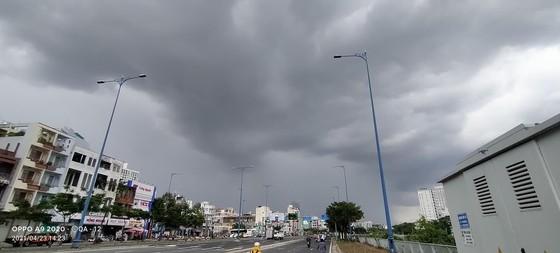 Dự báo mưa to, gió lớn trong dịp nghỉ lễ 30-4 và 1-5 ảnh 1