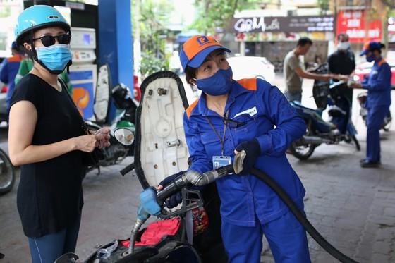 Giá xăng dầu đồng loạt tăng mạnh ảnh 1