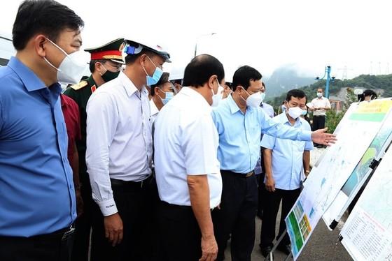 Phó Thủ tướng Lê Văn Thành kiểm tra công tác ứng phó mưa lũ tại thủy điện Hòa Bình ảnh 1