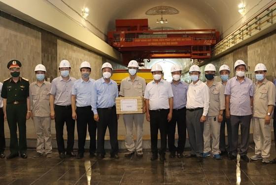 Phó Thủ tướng Lê Văn Thành kiểm tra công tác ứng phó mưa lũ tại thủy điện Hòa Bình ảnh 2