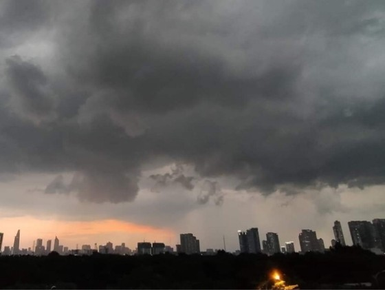 Vùng thấp gây mưa ở TPHCM và Nam bộ ảnh 1