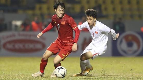 Văn Toàn (trái, ĐTQG) tranh chấp bóng với đàn em U22 Việt Nam.