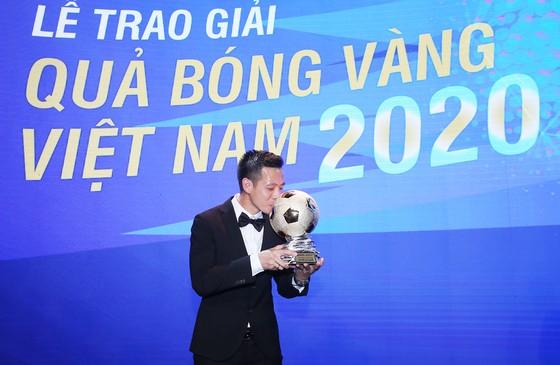 Văn Quyết hạnh phúc với danh hiệu Quả bóng vàng 2020.