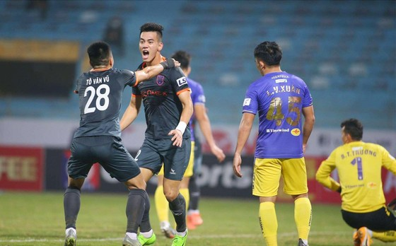 Hà Nội FC (phải) đã để thua cả 2 trận đầu mùa giải năm nay.