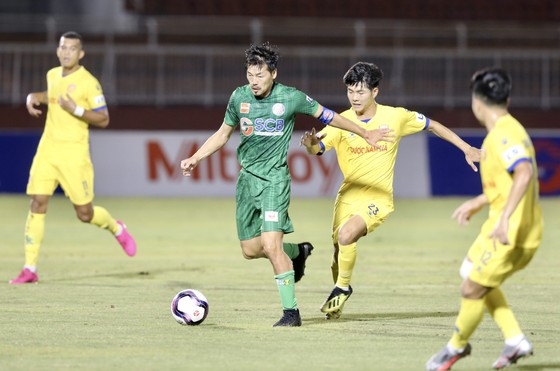 CLB Sài Gòn (áo xanh) tiếp tục thua trận ở vòng 6 LS V-League. Ảnh: DŨNG PHƯƠNG