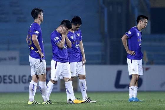Các cầu thủ Hà Nội thật vọng rời vòng 7. Ảnh: MINH HOÀNG