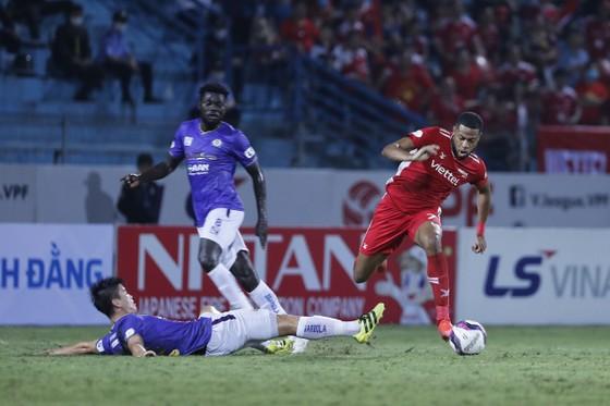 CLB Hà Nội (trái) gần như không còn cơ hội để tranh chấp ngôi vô địch ở mùa giải năm nay. Ảnh: MINH HOÀNG