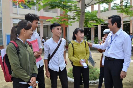 Thứ trưởng Bộ GD- ĐT Nguyễn Văn Phúc thị sát nhiều điểm thi tại TPHCM, Long An, Tiền Giang ảnh 1