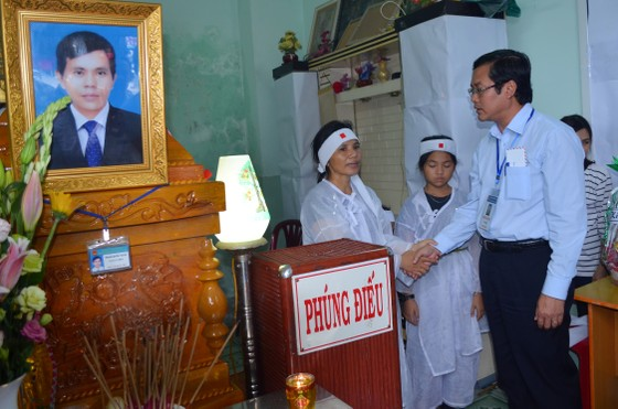 Đoàn của Bộ GD-ĐT viếng thầy giáo coi thi bị đột tử ảnh 2