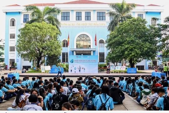 Gần 1.000 sinh viên hưởng ứng chương trình nói không với ly, ống hút nhựa  ảnh 1