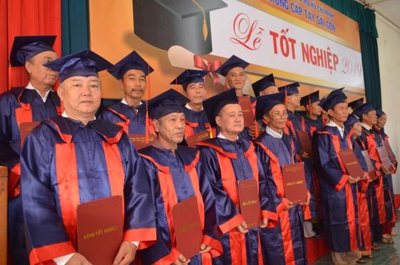 """Gần 600 """"cụ"""" sinh viên nhận bằng tốt nghiệp trung cấp ảnh 2"""