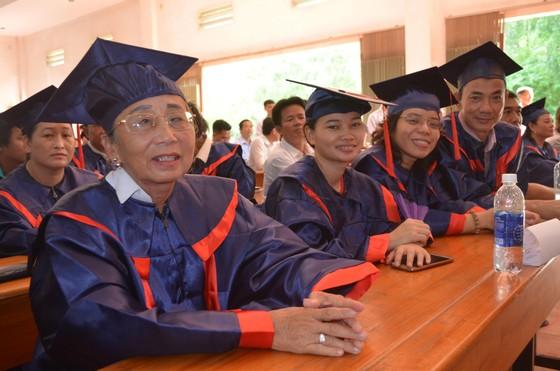 """Gần 600 """"cụ"""" sinh viên nhận bằng tốt nghiệp trung cấp ảnh 3"""