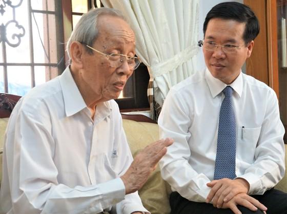 Trưởng ban Tuyên giáo Trung ương thăm và chúc mừng Giáo sư Trần Hồng Quân ảnh 2