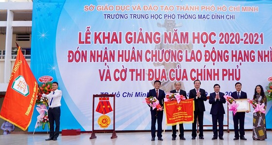 Chủ tịch UBND TPHCM Nguyễn Thành Phong dự lễ khai giảng tại Trường THPT Mạc Đĩnh Chi ảnh 2