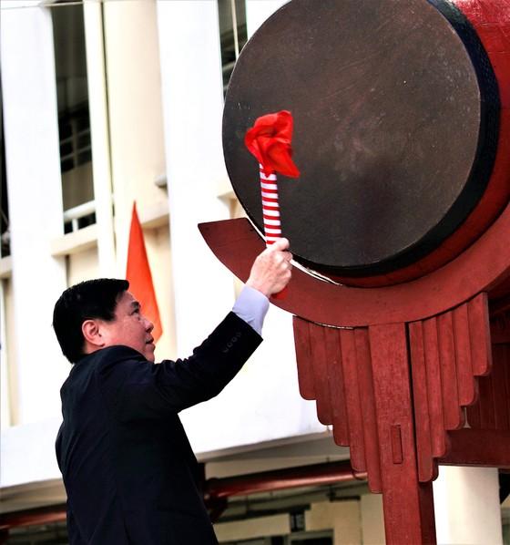 Chủ tịch UBND TPHCM Nguyễn Thành Phong dự lễ khai giảng tại Trường THPT Mạc Đĩnh Chi ảnh 1