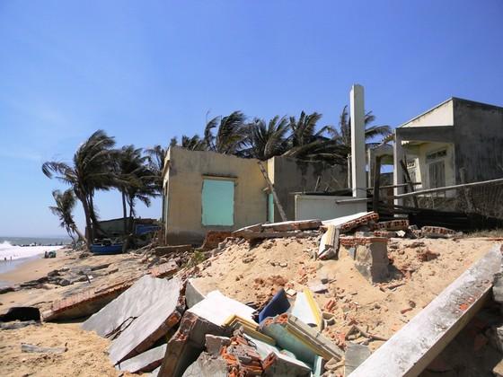 Biển xâm thực đánh sập 11 căn nhà ở TP Phan Thiết ảnh 1