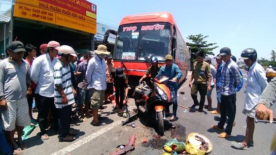 Xe khách tông hàng loạt xe máy và ô tô, 1 người chết, 4 người bị thương  ảnh 1