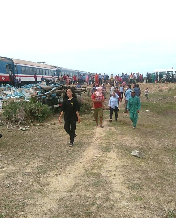 Tàu hỏa tông xe chở muối, đường sắt Bắc – Nam tê liệt ảnh 1