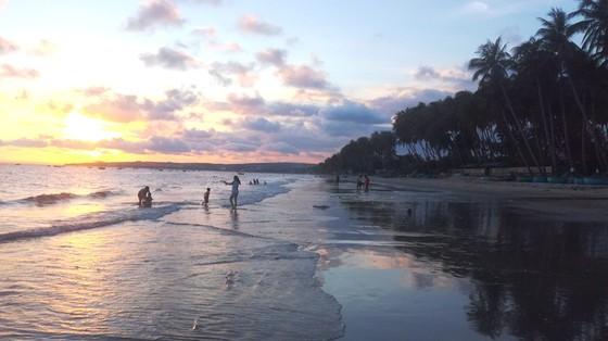 Phan Thiết công bố các khu vực tắm biển an toàn ảnh 1