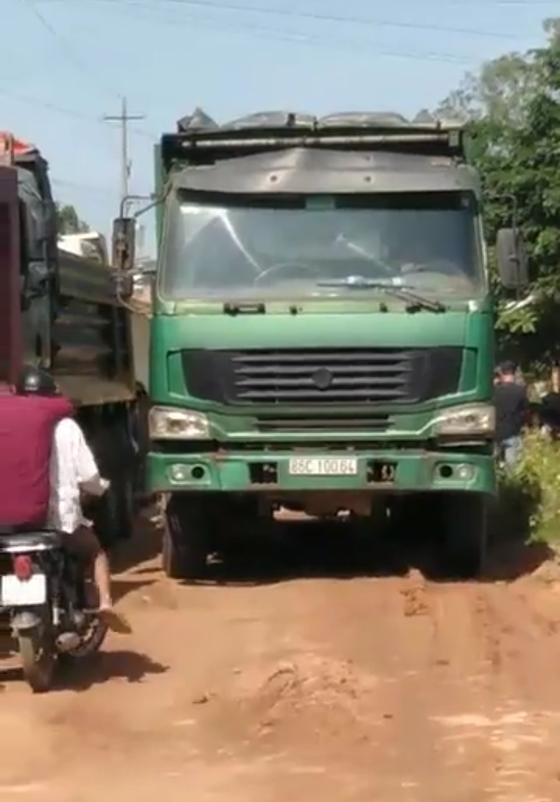 Người dân bức xúc chặn xe ben phá nát đường ảnh 3