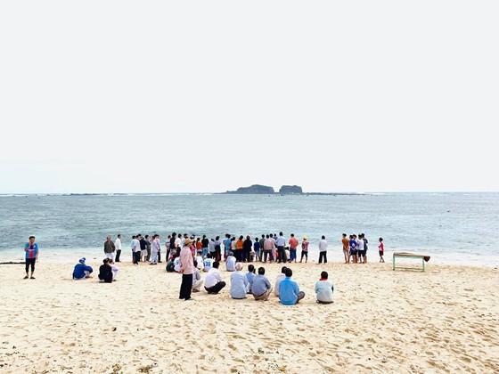 Xúc động cảnh ngư dân đảo Phú Quý giải cứu cá voi dài hơn 2m dạt vào bờ biển  ảnh 4