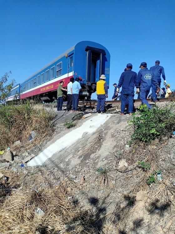 Vụ tàu lửa trật đường ray: Đến 16 giờ 30, đường sắt Bắc - Nam được thông tuyến ảnh 2