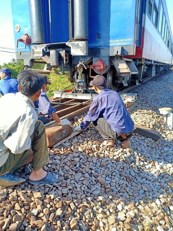 Vụ tàu lửa trật đường ray: Đến 16 giờ 30, đường sắt Bắc - Nam được thông tuyến ảnh 1