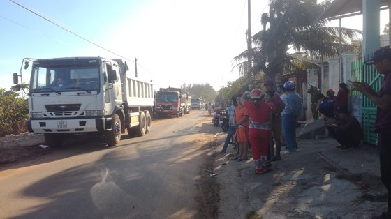 Dân bức xúc chặn xe chở vật liệu vào dự án lấn biển tại Phan Thiết ảnh 1