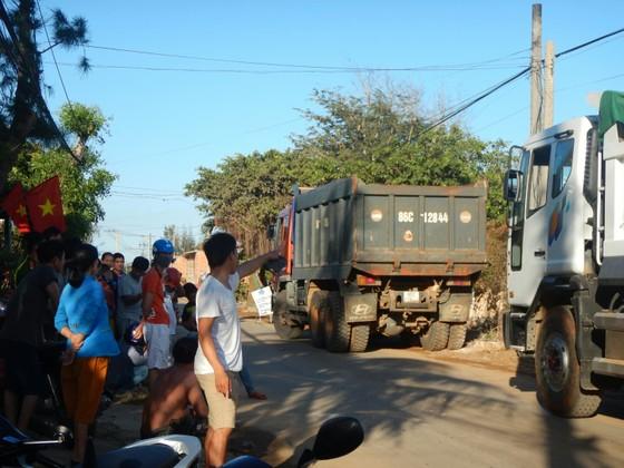 Dân bức xúc chặn xe chở vật liệu vào dự án lấn biển tại Phan Thiết ảnh 2
