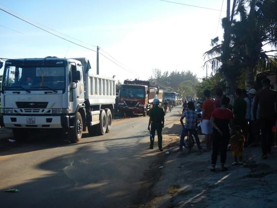 Dân bức xúc chặn xe chở vật liệu vào dự án lấn biển tại Phan Thiết ảnh 3