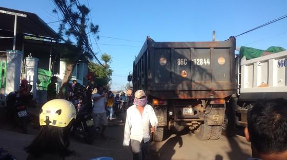 Dân bức xúc chặn xe chở vật liệu vào dự án lấn biển tại Phan Thiết ảnh 4