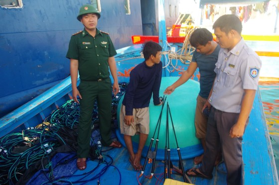 Phát hiện tàu cá mang nhiều thiết bị kích điện đánh bắt trái phép thủy hải sản ảnh 1