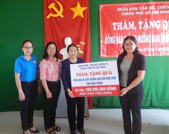 Phó Bí thư Thành ủy TPHCM Võ Thị Dung thăm, trao quà hỗ trợ người dân vùng tâm hạn Bình Thuận ảnh 1
