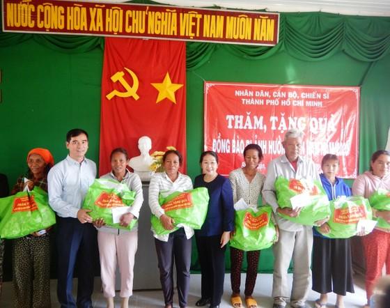 Phó Bí thư Thành ủy TPHCM Võ Thị Dung thăm, trao quà hỗ trợ người dân vùng tâm hạn Bình Thuận ảnh 2
