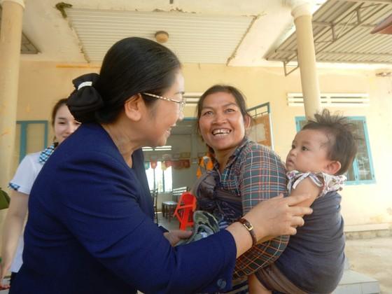 Phó Bí thư Thành ủy TPHCM Võ Thị Dung thăm, trao quà hỗ trợ người dân vùng tâm hạn Bình Thuận ảnh 5
