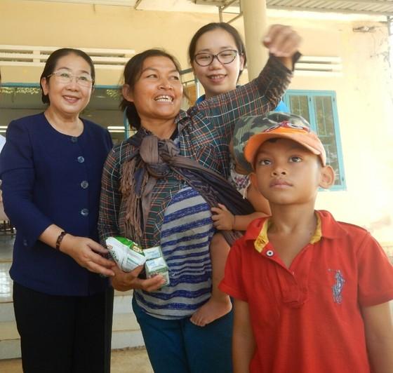 Phó Bí thư Thành ủy TPHCM Võ Thị Dung thăm, trao quà hỗ trợ người dân vùng tâm hạn Bình Thuận ảnh 6