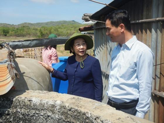 Phó Bí thư Thành ủy TPHCM Võ Thị Dung thăm, trao quà hỗ trợ người dân vùng tâm hạn Bình Thuận ảnh 4