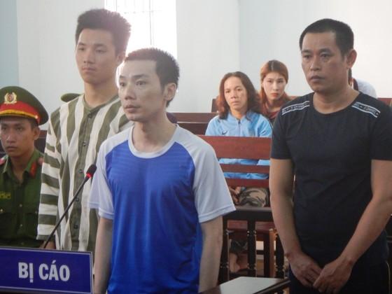 Nhét cưa sắt trong cây chả rồi tuồn vào nhà tạm giam để trốn trại, 3 bị cáo tội chồng tội ảnh 3