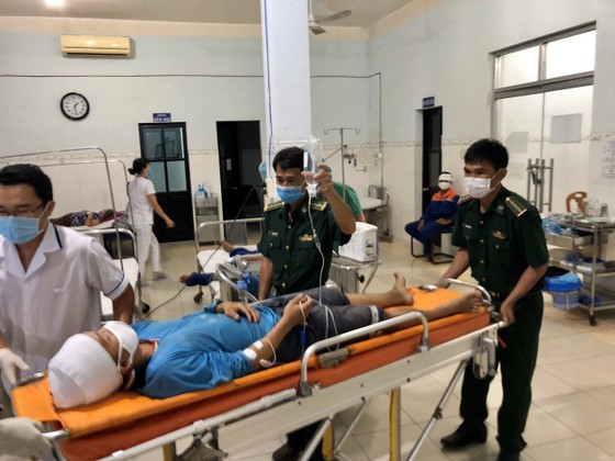 25 ngư dân trên tàu cá bị nạn được đưa về cảng Phú Quý an toàn ảnh 2