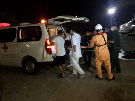 25 ngư dân trên tàu cá bị nạn được đưa về cảng Phú Quý an toàn ảnh 1