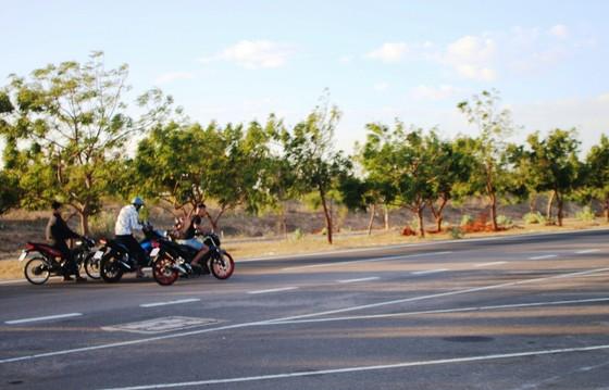 Nhức nhối nạn đua xe trái phép trên cung đường 'tiểu sa mạc' Hòa Thắng - Hòa Phú ảnh 4