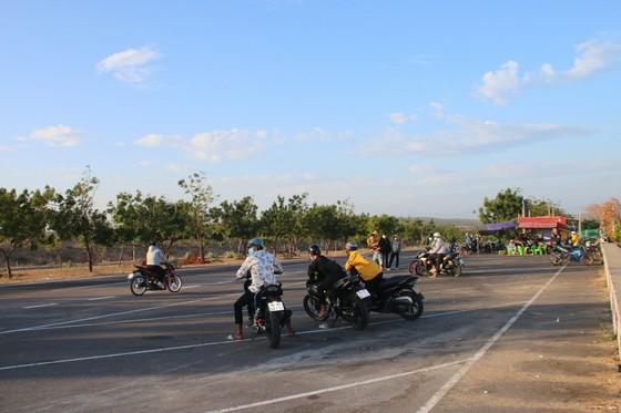Nhức nhối nạn đua xe trái phép trên cung đường 'tiểu sa mạc' Hòa Thắng - Hòa Phú ảnh 6
