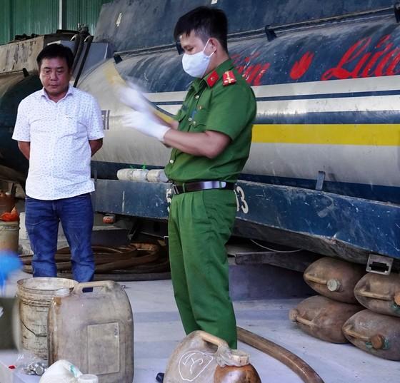 Triệt phá vụ tàng trữ, sản xuất xăng dầu giả quy mô lớn tại Bình Thuận ảnh 1