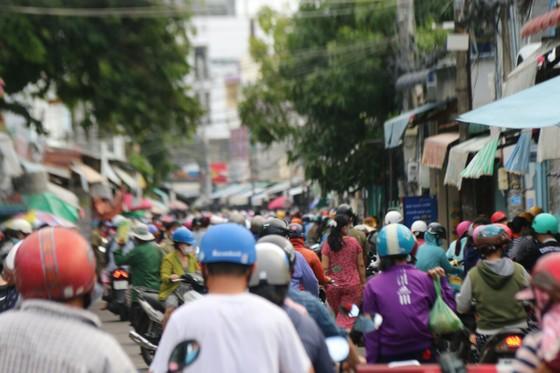 Người dân TP Phan Thiết đổ xô mua sắm trước giờ thực hiện giãn cách xã hội theo Chỉ thị 16 ảnh 1