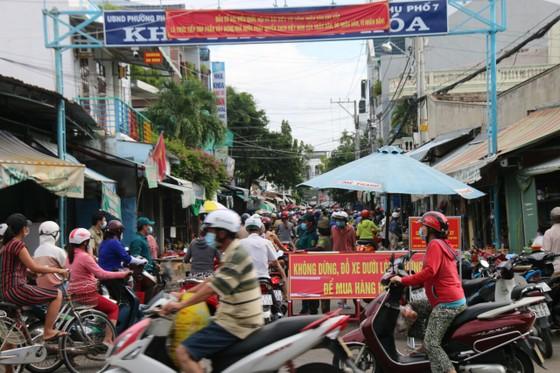 Người dân TP Phan Thiết đổ xô mua sắm trước giờ thực hiện giãn cách xã hội theo Chỉ thị 16 ảnh 2