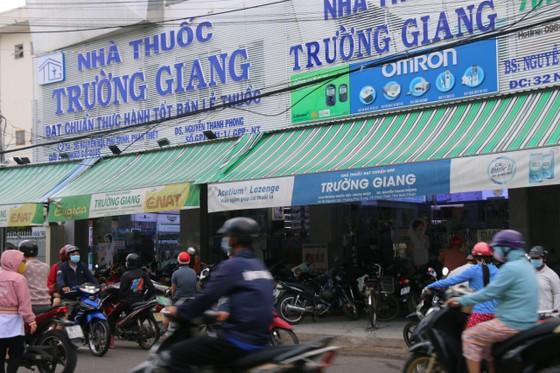 Người dân TP Phan Thiết đổ xô mua sắm trước giờ thực hiện giãn cách xã hội theo Chỉ thị 16 ảnh 4