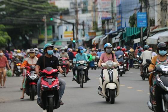 Người dân TP Phan Thiết đổ xô mua sắm trước giờ thực hiện giãn cách xã hội theo Chỉ thị 16 ảnh 6