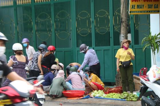 Người dân TP Phan Thiết đổ xô mua sắm trước giờ thực hiện giãn cách xã hội theo Chỉ thị 16 ảnh 3