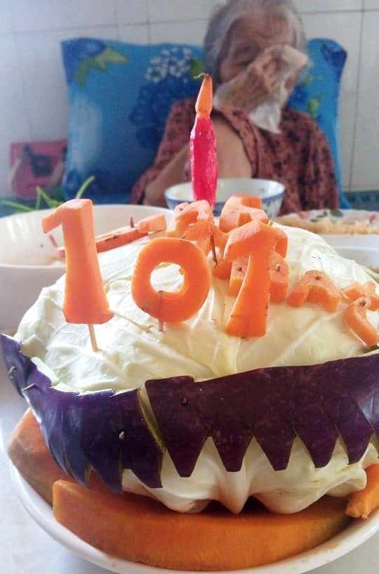 Con rể 71 tuổi dùng bắp cải làm bánh sinh nhật tặng mẹ vợ 101 tuổi trong khu cách ly ảnh 1