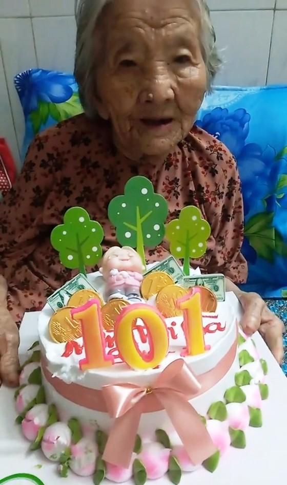 Con rể 71 tuổi dùng bắp cải làm bánh sinh nhật tặng mẹ vợ 101 tuổi trong khu cách ly ảnh 3